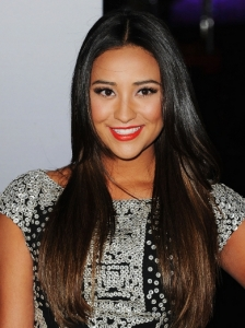 Shay Mitchell Super Shiny Blowout