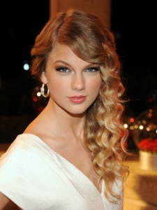 Taylor Swift Curly Side Swept Hairstyle