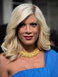 Tori Spelling Loose Waves Hairstyle
