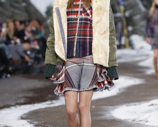 Designer Tommy Hilfiger chose the American outdoors look with grunge and preppy influences for his fall 2014 line, so check out the lineup presented at NYFW, next!