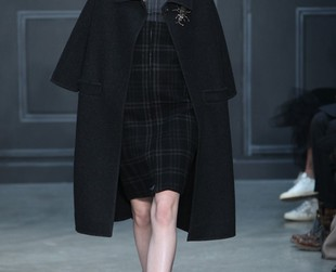 Vera Wang managed to mix grunge and romantic details to perfection in her fall 2014 collection presented at NYFW, so take a look at the statement collection, next!