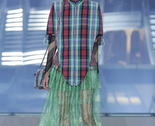 Cool colors, fabulous layering and interesting combos made Vivienne Westwood's spring 2013 lineup a true delight. Check out the looks, next!