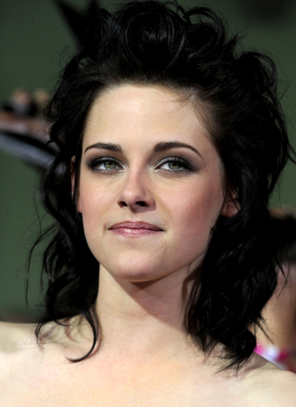 To help you recreate Kristen Stewart smokey eye make-up follow these steps
