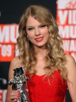 Taylor Swift Curly Hairstyle