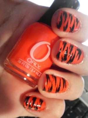 http://static.becomegorgeous.com/img/arts/2009/Oct/02/1286/orange_nails1.jpg