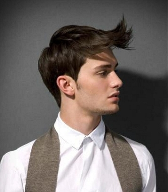 One of the trendiest hairstyle trends among boys at this moment are bangs.