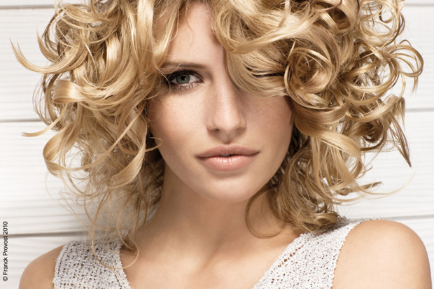How to Curl Hair With Straighteners