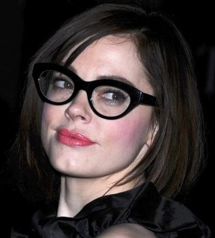 Rose McGowan sticks to darker shades, amazing the public with a new dark brunette hair color.