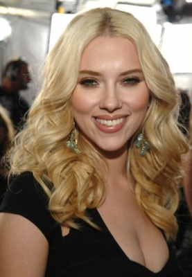 Scarlett Johansson sported for long years her signature blonde tresses worn with refined taste and charming sex-appeal.