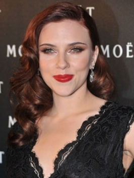 Scarlett Johansson, as a real hairstyle chameleon amazed the fans with her brand new dark red locks.