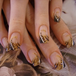 glittery french manicure trend thumb Stylish manicure Shiny nails art design shiny design nails art nail art design modern look glitter effect fantastic shine amazing design