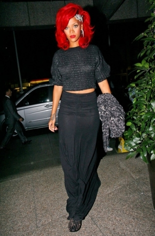 http://static.becomegorgeous.com/img/arts/2010/Dec/20/3457/rihanna_long_blaxck_skirt_2_thumb.jpg