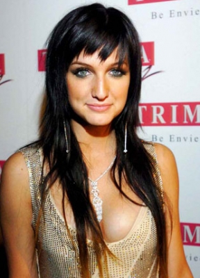 <br />Those who know about the hair chameleon title of Ashlee Simpson won't be surprised about her black tone from 2006 which marked her career as she broke with the cute blonde doll appearance and turned to a more subtle style both in look and also music genre.<br /><br /><br />