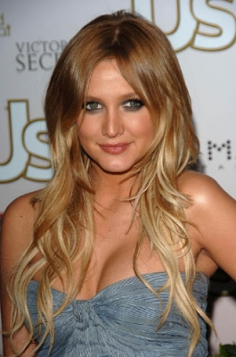 <br /> <br />Her ombre hair color as well as long and dropped curls made an enchanting impression when she stepped onto the red carpet. Ashlee Simpson managed to make a real statement with her Boho style still luscious locks that encourage us to style our back-sweeping tresses into versatile designs.<br /><br />
