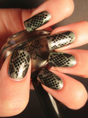 snake print nail art thumb Stylish manicure silver polish new trend nails with snake skin manicure with decorations fashion manicure beautiful nails art nails animal motifs