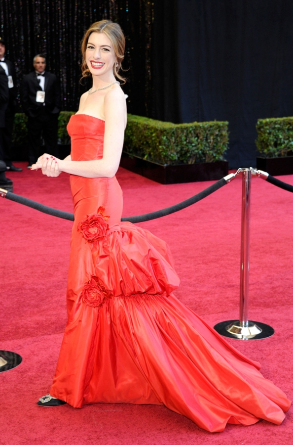 http://static.becomegorgeous.com/img/arts/2011/Feb/28/3923/annehathaway2011oscarsredcarpet.jpg