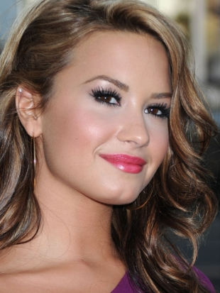 Demi Lovato Wins Most Stylish Teen Star Awards 2011