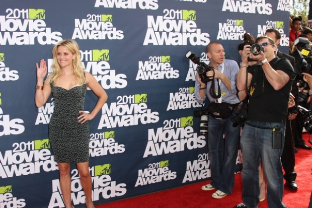 Reese Witherspoon Aims For Kim Kardashian and Blake Lively at MTV Movie Awards