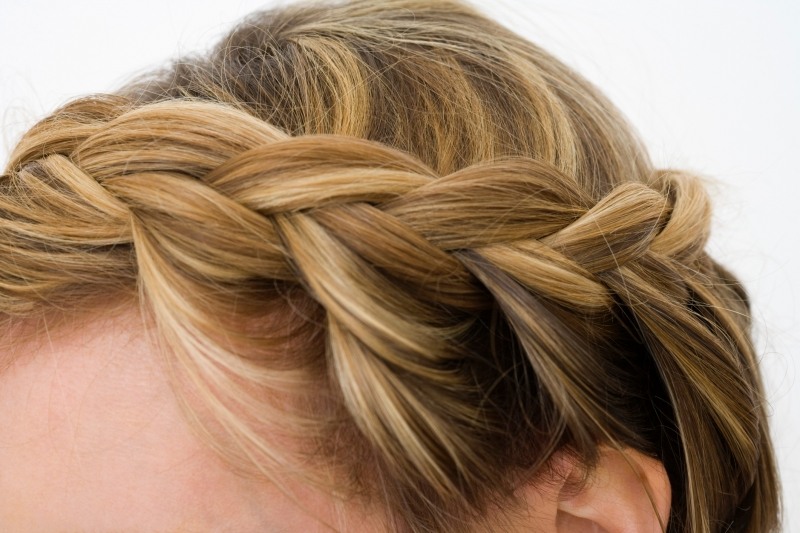 How to style a low braided updo - Trenzas de lado ...