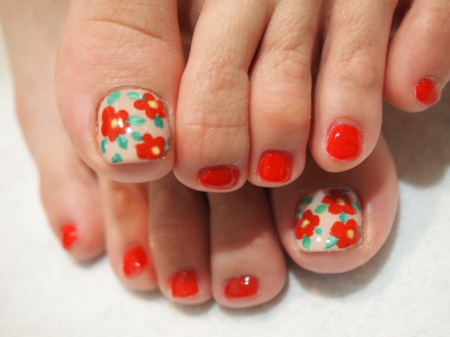 Creating floral motifs doesn't require too much skillas with a nail ...