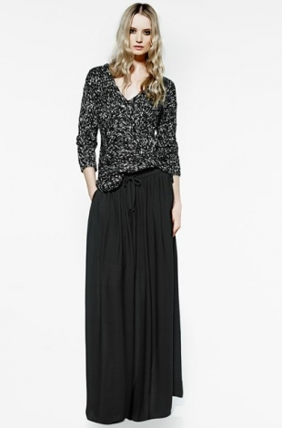 The most enjoyable collection to peruse, particularly during the winter months, is by far the spring clothes, where there is a good balance between showing skin and wearing layers, the focus often placed on cutoffs and half sleeves, long skirts and cardigans, etc. The Violeta by Mango spring/summer.