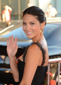 Olivia Munn Confesses to Suffering from Eyelash Pulling