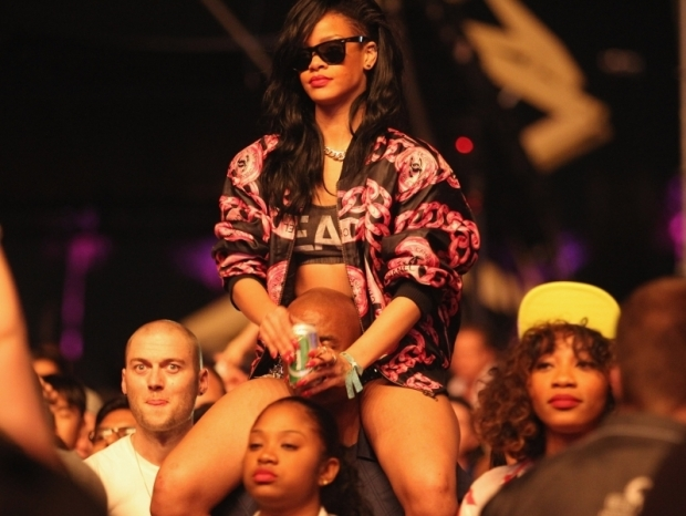 Friends Urging Rihanna to Head to Rehab