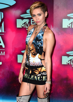 Miley Cyrus Emas 2013 Outfit