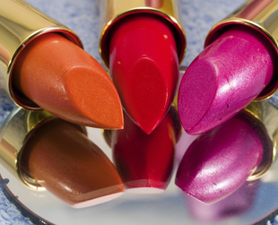 Sometimes a great lipstick can change your whole apparel, especially if it matches your hair and clothes to perfection. Here's a selection of the best drugstore lipsticks!