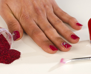 Sparkly nail polish might just be the perfect choice for an evening night out, but its removal can be a bit difficult. Don't worry though, here's how to remove glitter nail polish easily.