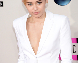 Stunning on both the red carpet and on stage, Miley Cyrus got lots of praise from both fashion critics and fans at the AMAs. Discover Miley's two great outfits.