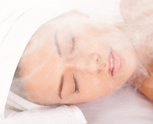 Estheticians praise the benefits of steam facials for the complexion. So, if you want to learn how to prepare a steam facial at home, take a look at these easy steps.