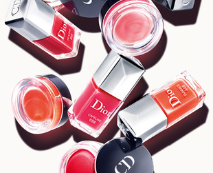 Have you ever thought about matching your blush with your nail polish? This is the idea beyond Dior's 2013 latest collection. Check it out!
