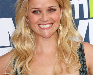 While sticking to lovely shades of blonde, Reese Witherspoon experimented with a lot of different styles and cuts. Check out the best of Reese Witherspoon haircuts and hairdos!