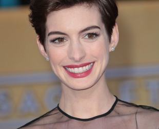 Since chopping off her locks, Anne Hathaway became a hair trendsetter. Discover and let yourself be inspired by Anne Hathaway's short hairstyle: the pixie cut!