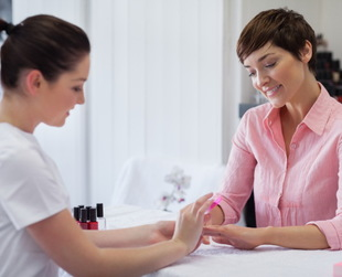 If you plan on visiting a nail salon, get familiar with the etiquette rules you should never break. Discover the most important rules of nail salon etiquette!