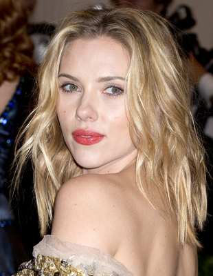 Scarlett Johansson  Blonde Hair And Dark Eyebrows