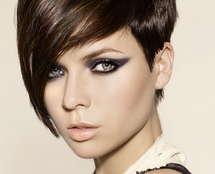 Pixie hair is a great choice for women willing to don a short do. But what if you wish it wasn't that short? Then go for a lovely medium length pixie haircut!