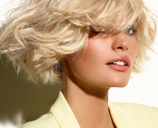 Platinum highlights can be pretty tricky to pull off, especially if you want them on darker hair. Find out how to get the right platinum blonde highlights.