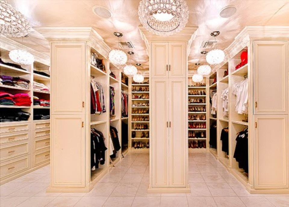 http://static.becomegorgeous.com/img/arts/2013/8/5-amazing-celebrity-walk-in-closets/main/Mariah_Carey_celebrity_walk_in_closet.jpg