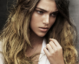 Get a trendy look with boho waves. Discover how to create the perfect boho curls and waves for a stylish and relaxed look, perfect for long and short hair.