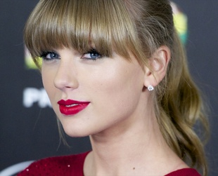 Boldly emphasized with eyeliner, Taylor Swift's eye makeup stands out as a very cool and chic style. Let Taylor Swift's makeup inspire your own makeup choices!
