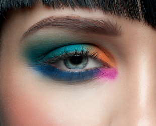You have no idea what eyeshadow works best on your tanned skin? Become a master of summer eyeshadow and learn how to play with colors that look great on you.