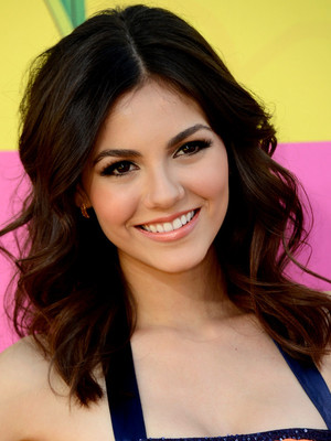 Victoria Justice Medium Layered Haircut