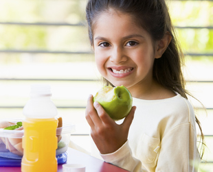 What your child eats at school is as important as what he eats at home. Take a look and let yourself be inspired by these healthy school lunch ideas for kids!