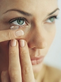 Tips to Apply Eye Makeup with Contact Lenses