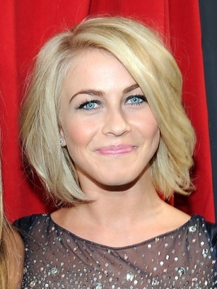 Julianne Hough Hairstyle at 2013 Peoples Choice Awards