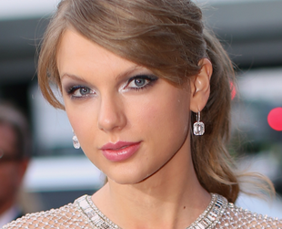 Have a glimpse of the most memorable Grammy Awards 2014 hairstyles and makeup looks.