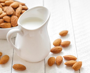 Almond milk is one of the most popular substitutes of cow milk, due to its nutritive value. But what type of milk is best to drink? This comparison is here to help!