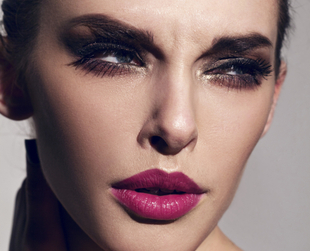 If you make the wrong makeup choices, you can easily look tired, even if you had a great beauty sleep. Here are the big mistakes that can give you a tired look.